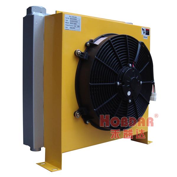 "规格:长506mm 高500mm 厚289mm 牙口G1 1/4"" 详情说明:2.0Mpa设计压力,工作电压:DC12V、DC24V,主体由换热高效的禾益达芯体和整体式轴流风机组成,标准吸风式,整机结构紧凑。使用德国碳刷的有刷电机,确保风扇长时间连续工作。风扇为防护等级IP68、F级绝缘,完全防水!最高奉命达10000小时以上。尤适用于行走机械(如搅拌车、垃圾车、扫雪车、泵车、汽车起重机)、港口机械、铁路机械等液压系统的回油冷却,亦常用于设备润滑系统和变速箱的润滑冷却。特殊要求请联系禾益达"